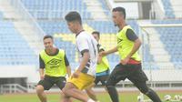 Mantan pemain Persib Bandung, Achmad Jufriyanto, berlatih bersama tim utama Terengganu FA di Stadion Sultan Mizan Zainal Abidin, Terengganu, Jumat (18/12/2015). (Facebook)
