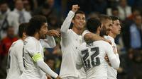 Cristiano Ronaldo tersenyum ke arah tribun penonton usai cetak gol keempatnya bagi Real Madrid (Reuters)