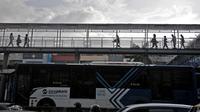 Bus Transjakarta tiba di Halte Harmoni, Jakarta, Selasa (16/6/2020). Seiring masa PSBB Transisi, PT Transjakarta menambah waktu operasional dari pukul 05.00-22.00 WIB untuk umum dan hingga 24.00 WIB untuk petugas kesehatan. (merdeka.com/Iqbal Nugroho)