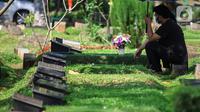 Warga berziarah di Tempat Pemakaman Umum (TPU) Karet Bivak, Jakarta, Selasa (11/5/2021). Pemprov DKI akan memberlakukan larangan ziarah kubur Idulfitri di seluruh TPU mulai 12 hingga 16 Mei untuk mencegah terjadinya penyebaran Covid-19 saat berkumpul untuk berziarah. (Liputan6.com/JohanTallo)