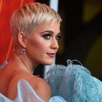 Penyanyi Katy Perry tiba menghadiri Gala amfAR Los Angeles yang kesembilan di Beverly Hills, California, AS, (18/10). Dalam acara ini, Katy Perry mendapatkan penghargaan atas komitmennya untuk memerangi AIDS.  (AP Photo/Jordan Strauss)