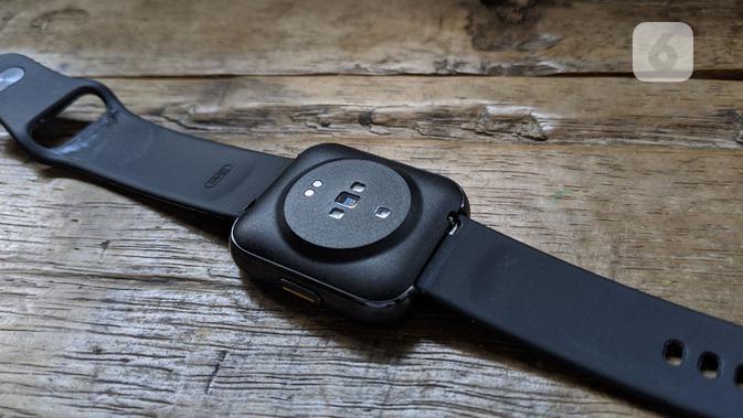Sensor detak jantung, SpO2, dan pin magnetik untuk pengisian daya baterai Realme Watch. (Liputan6.com/ Yuslianson)