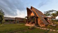 Wisata pedesaan Omah Guyub Wringin Putih terdapat bangunan unik Balai Ekonomi Desa (Balkondes) yang dibangun oleh Pertamina merupakan daya tarik bagi wisatawan.