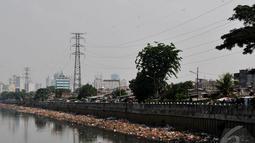 Sampah-sampah yang didominasi barang-barang rumah tangga tampak menutupi keseluruhan sisi kali di wilayah Roxy, Jakarta, Jumat (31/10/14). (Liputan6.com/Johan Tallo)