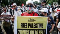 Pengunjuk rasa mengikuti aksi solidaritas untuk Palestina di depan Kedubes Amerika Serikat, Jumat (21/5/2021). Aksi yang diikuti berbagai elemen masyarakat dan ormas itu mengutuk serangan Israel dan mengajak masyarakat Indonesia untuk mendukung dan membantu Palestina. (Liputan6.com/Faizal Fanani)