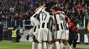 Para pemain Juventus merayakan gol pada pertandingan liga Italia Seri A, di Stadion Juventus, Turin, Italia (29/10). Juventus berhasil menang dikandang sendiri dengan skor 2-1 atas Napoli. (AFP/Giuseppe Cacace)