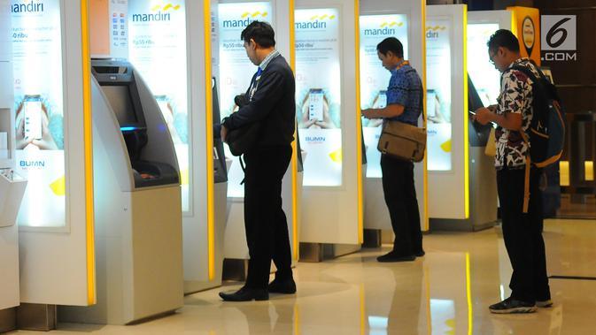 Nasabah melakukan transaksi di ATM Mandiri, Jakarta, Senin (29/4/2019). PT Bank Mandiri Tbk membukukan laba bersih Rp 7,2 Triliun pada Kuartal I 2019. (Liputan6.com/Angga Yuniar)