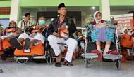 Sejumlah calon jemaah haji asal Kebumen yang memakai kursi roda menunggu mobil ambulans untuk dibawa menuu Bandara Adi Soemarmo