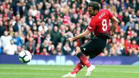 Pemain Manchester United, Juan Mata mencetak gol ke gawang Chelsea saat bertanding dalam lanjutan Liga Inggris 2018-2019 di Old Trafford, Manchester, Inggris, Minggu (28/4/2019). Pertandingan berakhir dengan skor 1-1. (Martin Rickett/PA via AP)