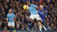 Gelandang Manchester City, Fernandinho, melepaskan umpan saat melawan Chelsea pada laga Premier League di Stadion Stamford Bridge, London, Minggu (9/12). Chelsea menang 2-0 atas City. (AFP/Adrian Dennis)