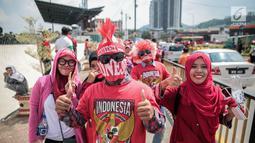 Suporter Garuda Muda berpose sebelum memasuki Stadion Selayang, Selangor untuk mendukung Timnas Indonesia U-22 pada laga melawan Timor Leste, Minggu (20/8). Indonesia melakoni laga ketiga dalam lanjutan grup B SEA Games 2017. (Liputan6.com/Faizal Fanani)