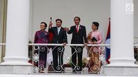 Presiden Joko WIdodo (Jokowi) didampingi Ibu Negara Iriana Joko Widodo berbincang dengan PM Republik Demokratik Rakyat Laos Thongloun Sisoulith dan istrinya Naly Sisoulith di beranda Istana Bogor, Jawa Barat, Kamis (12/8). (Liputan6.com/Angga Yuniar)