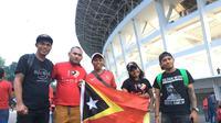 Lima suporter datang dari Dili untuk mendukung perjuangan Timnas Timor Leste menghadapi Timnas Indonesia pada Piala AFF 2018 di Stadion Utama Gelora Bung Karno, Selasa (13/11/2018). (Bola.com/Benediktus Gerendo Pradigdo)