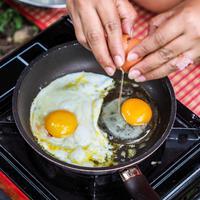Ilustrasi memasak telur/copyright shutterstock By Ekkaphop