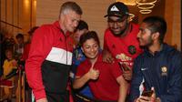 Ratusan penggemar Manchester United sambut kedatangan klub di Hotel Australia.