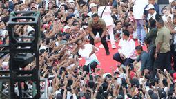 Capres 01 Joko Widodo berselfie dengan pendukungnya saat kampanye akbar bertajuk 'Konser Putih Bersatu' di Stadion Gelora Bung Karno, Jakarta, Sabtu (13/4). Dalam kampanyenya Jokowi mengajak  untuk mencoblos pasangan 01 Jokowi-Ma'ruf Amin saat Pemilu 2019. (Liputan6.com/Angga Yuniar)