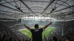 Aksi suporter Besiktas saat mendukung timnya bertanding melawan Bursaspor dalam laga Liga Super Turki di Stadion Vodafone Arena, Istanbul, Turki, (11/4/2016). (AFP/Ozan Kose)