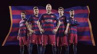Andres Iniesta, Lionel Messi, Gerrard Pique, Neymar dan Luis Suarez jadi model jersey baru Barcelona (FC Barcelona.com)