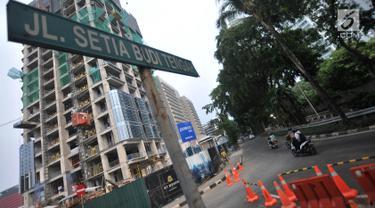 Kendaraan melintas di Jalan Setiabudi Tengah, Jakarta, Minggu (16/6/2019). Dinas Perhubungan DKI Jakarta akan menutup Jalan Setiabudi Tengah guna memperlancar pembangunan jalur kereta ringan Light Rail Transit (LRT) mulai 17 Juni 2019 hingga 30 September 2020. (merdeka.com/Iqbal S. Nugroho)