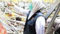 Khofifah meninjau dampak gempa Malang. (Dian Kurniawan/Liputan6.com)