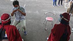 Masyarakat meniup kantung udara saat peluncuran Layanan GeNose C-19 di Kantor Dompet Dhuafa, Jakarta, Selasa (9/3/2021). Dompet Dhuafa meluncurkan layanan pemeriksaan tes Covid-19 dengan menggunakan metode GeNose C-19. (Liputan6.com/Herman Zakharia)