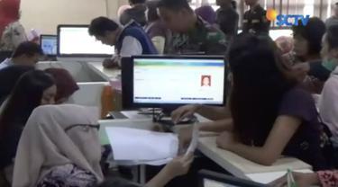 KPU Jawa Timur terus pantau WNA pemilik KTP elektronik untuk pastikan tidak bisa mencoblos di Pemilu 2019.