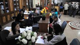 Suasana saat para wajib pajak melaporkan SPT di Kantor Pelayanan Pajak Pratama Jakarta, Kamis (29/3). Lonjakan wajib pajak terjadi jelang batas akhir penyampaian laporan SPT PPh orang pribadi yang jatuh pada 31 Maret 2018. (Merdeka.com/Iqbal Nugroho)