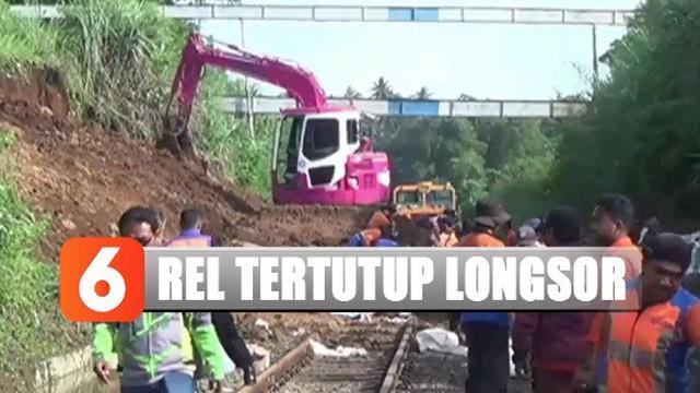 Longsor tebing tanah setinggi 7 meter pada Minggu sore kemarin menutupi jalur kereta sepanjang 70 meter dengan ketinggian 3 meter.