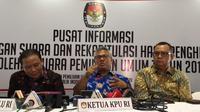 Ketua Bawaslu Abhan (kiri), Ketua KPU Arief Budiman (tengah), dan Anggota DKPP Alfitra Salam (kanan) di gedung KPU. (Merdeka.com/ Nur Habibie)