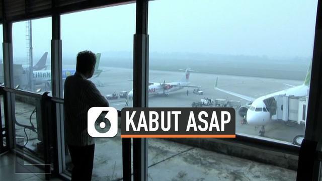 Bandara Sultan Mahmud Badaruddin II kembali diselimuti kabut asap tebal. Jarak pandang pilot pun menyempit hingga menyentuh angka 600 meter saja.