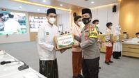 Polda Jawa Timur meluncurkan Gerakan Santri Bermasker. (Dian Kurniawan/Liputan6.com)