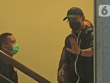 Menteri Sosial Juliari P Batubara tiba di Gedung KPK, Jakarta, Minggu (6/12/2020). Juliari Batubara ditetapkan sebagai tersangka dugaan menerima suap terkait pengadaan bantuan sosial COVID-19 di Kementerian Sosial usai Operasi Tangkap Tangan (OTT) pejabat Kemensos. (Liputan6.com/Herman Zakharia)