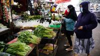 Pembeli berbelanja kebutuhan pokok di Pasar Lembang, Tangerang, Selasa (24/8/2021). Bank Indonesia (BI) memperkirakan, Indeks Harga Konsumen (IHK) alias inflasi akan berlanjut pada bulan Agustus 2021. (Liputan6.com/Angga Yuniar)
