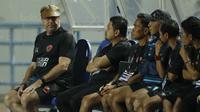 Pelatih PSM Makassar, Robert Rene Alberts, saat pertandingan melawan PSMS Medan pada laga Piala Presiden di Stadion GBLA, Bandung, Selasa (16/1/2018). PSMS Medan menang 2-1 atas PSM Makassar. (Bola.com/M Iqbal Ichsan)