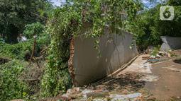 Kondisi tembok Kali Krukut yang jebol di Jalan Taman Kemang, Jakarta, Selasa (23/2/2021). Jebolnya tembok tersebut mengakibatkan kawasan kemang dan sekitarnya terendam banjir pada 20 Februari 2021. (Liputan6.com/Faizal Fanani)