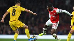 Gelandang Standard Liege, Gojko Cimirot, berebut bola dengan gelandang Arsenal, Ainsley Maitland-Niles, pada laga Liga Europa di Stadion Emirates, London, Kamis (3/10). Arsenal menang 4-0 atas Liege. (AFP/Glyn Kirk)