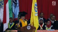 Presiden ke 5 RI, Megawati Soekarnoputri memberikan pidato ilmiah ketika menerima gelar Doctor Honoris Causa di Universitas Negeri Padang (UNP), Sumatra Barat, Rabu (27/09). (Liputan6.com/Helmi Fithriansyah)