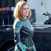 Brie Larson mengenakan kostum Captain Marvel. (Twitter/Pagesix)