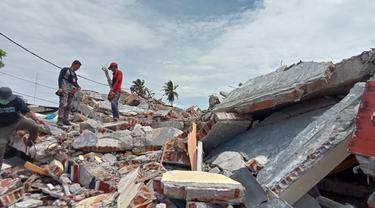 Kondisi salah satu bangunan di Jl. Ahmad Pirang, Mamuju yang ambruk karena gempa, Selasa (19/01/2021). (Foto: Liputan6.com/ Heri Susanto).