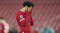 Penyerang Liverpool, Mohamed Salah, tampak kecewa usai gagal mengalahkan Real Madrid pada laga leg kedua perempat final Liga Champions di Stadion Anfield, Kamis (15/4/2021). Kedua tim bermain imbang tanpa gol. (AP/Jon Super)