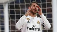 Bek Real Madrid, Sergio Ramos, tampak kecewa usai gagal membobol gawang Sevilla pada laga La Liga di Stadion Santiago Bernabeu, Sabtu (19/1). Real Madrid menang 2-0 atas Sevilla. (AP/Andrea Comas)