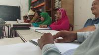 Penyandang tunanetra tengah menggelar tadarus Ramadan di Kantor Persatuan Tuna Netra Indonesia (Pertuni) Kota Medan, Kamis (9/5/2019). (Liputan6.com/ Reza Perdana)