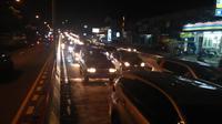 Kendaraan mengular sejak pintu keluar Pelabuhan Merak menuju tol saat arus balik Lebaran 2019. (Yandhi Deslatama)