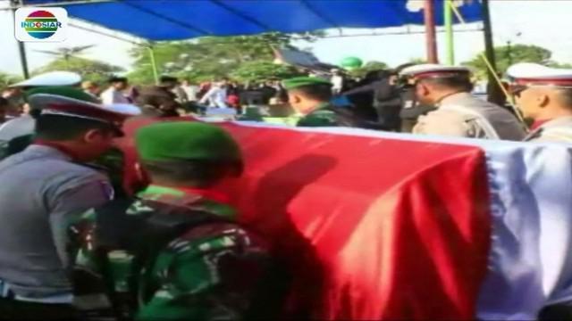 Anggota polisi yang gugur akibat serangan teroris di Mapolda Riau, Iptu Anumerta Luar Biasa Auzar, telah dimakamkan. Korban dimakamkan secara militer dan dihadiri Wakapolri Komjen Syafruddin, serta jajaran Polda Riau.