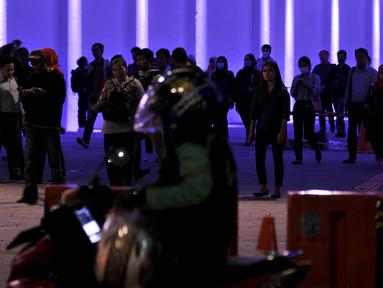 Pejalan kaki melintasi terowongan khusus pedestrian di Jalan Kendal, Jakarta, Selasa (26/3). Dinas Perhubungan DKI Jakarta menghiasi lampu warna-warni demi meningkatkan kenyamanan bagi pejalan kaki . (merdeka.com/Iqbal S. Nugroho)