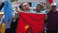 Warga muslim Uighur melakukan aksi protes menentang tekanan pemerintah China (AP)
