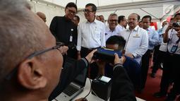 Mendagri Tjahjo Kumolo bersama Menteri Hukum dan HAM Yasonna Laoly dan Ketua KPU Arief Budiman melihat proses perekaman E-KTP bagi warga binaan di Lapas Narkotika IIA Cipinang, Jakarta, Kamis (17/1). (Merdeka.com/Imam Buhori)