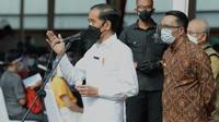 Gubernur Jawa Barat Ridwan Kamil mendampingi Presiden Joko Widodo saat meninjau vaksinasi massal di Stadion Candrabagha, Kota Bekasi, Senin (14/6/2021). (Foto: Setpres RI)