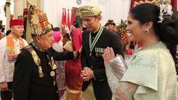 Putra Presiden RI ke-6 SBY, Agus Harimurti Yudhoyono atau AHY didampingi istri Annisa Pohan berbincang dengan Wapres Jusuf Kalla usai Upacara HUT ke-74 RI di Istana Merdeka, Jakarta, Sabtu (17/8/2019). AHY dan Annisa tampil berbaju adat Sumbar dan Kebaya. (Liputan6.com/HO/Anung Aninditio)