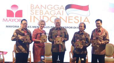 Mendag RI Enggartiasto Lukita (tengah), Duta Besa Rusia untuk Indonesa Lyudmila Vorobieva (kedua kiri) dan Presiden Direktur Mayora Group Andre Atmadja (kanan) foto bersama usai konferensi pers di Jakarta, Selasa (6/2). (Liputan6.com/Angga Yuniar)